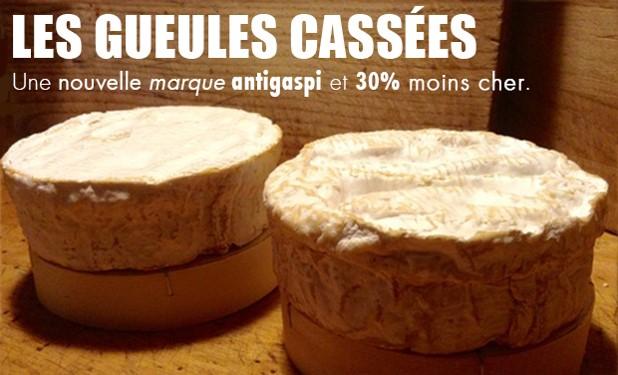 """A gauche un camembert """"normal"""", à droite un camembert 30% moins cher proposé par la marque anti-gaspillage Gueule Cassées."""