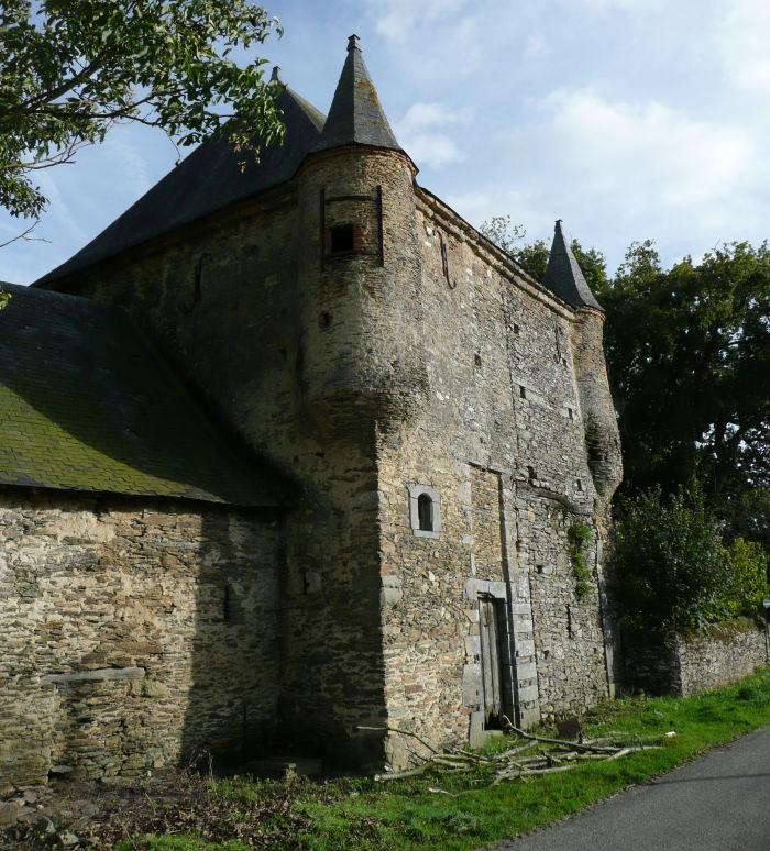 La Cour des Aulnays, ancien manoir fortifié de la fin du Moyen-Age.